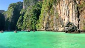 Het drijven op een traditionele lagune met lange staart van bootthailand Phi Phi Leh stock videobeelden