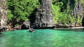 Het drijven op een traditionele lagune met lange staart van bootthailand Phi Phi Leh stock video