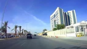 Het drijven op een zonnige dag in Koning Saud Road en het overgaan van Ministerie van Onderwijs, Riyadh stock footage