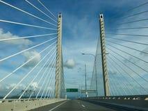 Het drijven op Sultan Abdul Halim Muadzam Shah Bridge bij Penang-Eiland royalty-vrije stock foto's
