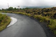 Het drijven over de weg van de calderarand onder mening van uitgestorven krater van de vulkaan Batur royalty-vrije stock foto's