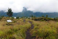 Het drijven over de weg van de calderarand onder mening van uitgestorven krater van de vulkaan Batur stock foto's