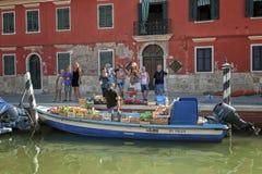 Het drijven plantaardige markt op Burano-eiland, dichtbij Venetië, Italië Stock Fotografie