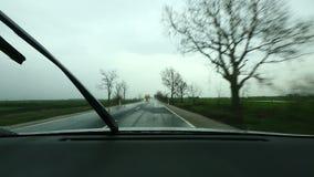 Het drijven in regen stock footage