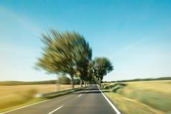 Het drijven snel op weg in landelijk landschap - motieonduidelijk beeld Royalty-vrije Stock Foto