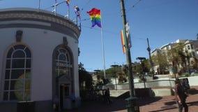 Het drijven van Afgelopen Ondernemingen op Castro Street in San Francisco stock video
