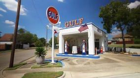 Het drijven van afgelopen oud golfbenzinestation in Waco Texas stock video