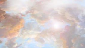 Het drijven van amounst de wolken stock video