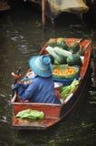 Het drijven van Damnoensaduak markt in Thailand Stock Fotografie