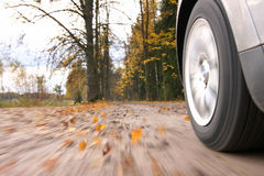 Het drijven van de auto bij de landweg. Royalty-vrije Stock Foto