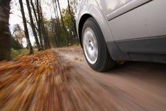 Het drijven van de auto bij de landweg. Stock Foto's