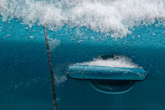 Het drijven van de auto de winterachtergrond Royalty-vrije Stock Foto's