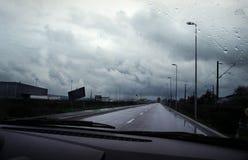 Het drijven van de auto door onweer Stock Afbeelding