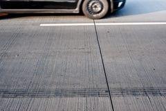 Het drijven van de auto op straat Stock Foto's