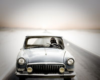 Het drijven van de auto op weg bij schemer Royalty-vrije Stock Foto
