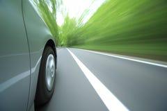 Het drijven van de auto snel in bos. Royalty-vrije Stock Fotografie