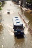 Het drijven van de bus op overstroomd gebied, Mo Chit Stock Afbeelding