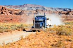 Het drijven van de semi-vrachtwagen over de woestijn Stock Foto