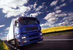 Het drijven van de vrachtwagen bij schemer/motieonduidelijk beeld royalty-vrije stock foto