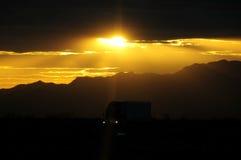 Het drijven van de vrachtwagen bij zonsondergang Royalty-vrije Stock Afbeeldingen