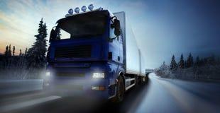 Het drijven van de vrachtwagen op land-weg royalty-vrije stock foto