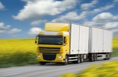 Het drijven van de vrachtwagen op land-weg stock afbeeldingen