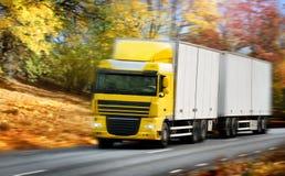 Het drijven van de vrachtwagen op land-weg/motie royalty-vrije stock foto