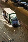 Het drijven van de vrachtwagen op overstroomd gebied, Mo Chit Stock Foto