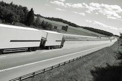 Het drijven van de vrachtwagen op weg Stock Afbeeldingen