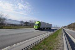 Het drijven van de vrachtwagen op weg Stock Fotografie