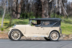 1924 het drijven van Dodge Tourer bij de landweg Royalty-vrije Stock Fotografie
