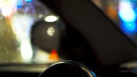 Het drijven van een auto bij nacht stock videobeelden