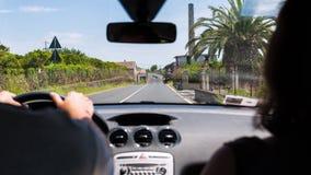 Het drijven van een auto in landelijk gebied in de zomer Royalty-vrije Stock Foto