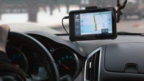 Het drijven van een auto met GPS-apparaat over dashboard stock footage