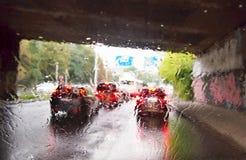 Het drijven van een auto in het regenonweer royalty-vrije stock foto's