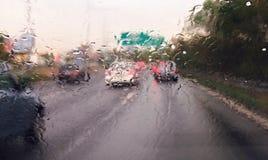 Het drijven van een auto in het regenonweer royalty-vrije stock fotografie