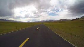 Het drijven van een bus op een landweg, Qinghai, China stock footage