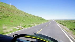 Het drijven van een bus op een landweg, Qinghai, China stock videobeelden