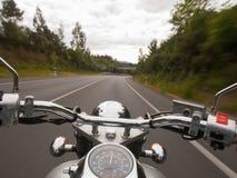 Het drijven van een motorfiets Royalty-vrije Stock Afbeeldingen