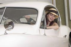 Het drijven van haar Jaguar royalty-vrije stock fotografie