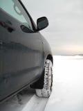 Het drijven van het voertuig in de winter Stock Afbeeldingen