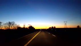 Het drijven van Landelijke Plattelandsweg tijdens Zonsopgang Bestuurdersstandpunt POV terwijl de Zon vroeg op Horizon in de Ochte stock videobeelden
