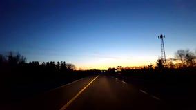 Het drijven van Landelijke Plattelandsweg tijdens Zonsopgang Bestuurdersstandpunt POV terwijl de Zon vroeg op Horizon in de Ochte stock footage