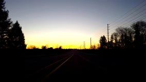 Het drijven van Landelijke Plattelandsweg tijdens Zonsopgang Bestuurdersstandpunt POV terwijl de Zon vroeg op Horizon in de Ochte stock video