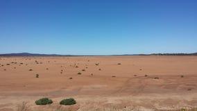 Het drijven van Nullabor op een weg in het Australische Binnenland Stock Afbeeldingen