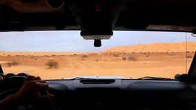 Het drijven van off-road auto in de uitgegeven opeenvolging van de Sahara woestijn