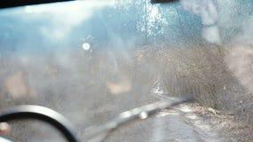 Het drijven van off-road ouderwetse jeep in de Krim De gestabiliseerde camera binnen de auto volgt een jeep stock videobeelden