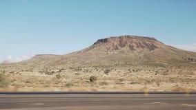 Het drijven van plaat zijaanzicht die zich door woestijn in auto met motieonduidelijk beeld bewegen stock afbeeldingen