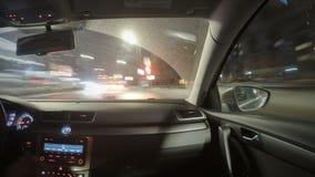 Het drijven in het verkeer van de nachtstad stock video