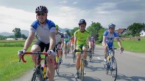 Het drijven voor concurrerende fietsers stock footage